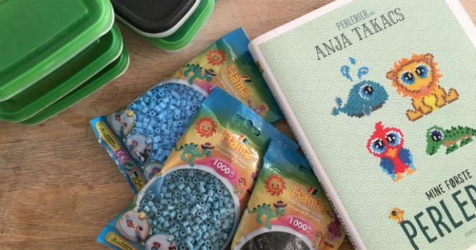 """Anja Takacs bog """"mine første perlerier""""."""